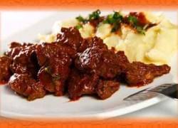 Гуляш из говядины в мультиварке «По-гречески»