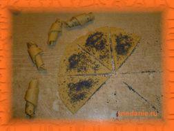 Посыпьте маком и скатайте каждый треугольник в трубочку