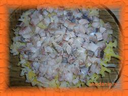 Второй слой: селедка, нарезанная маленькими кусочками