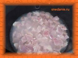 Кладем мясо в мультиварку и заливаем двумя стаканами горячей воды