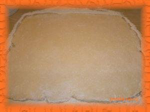 Раскатываем в пласт толщиной 0,5-0,7 см