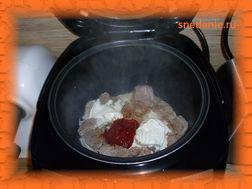 Добавляем соль,специи, сметану и томатную пасту.