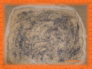 Равномерно посыпаем сахарным песком и маком