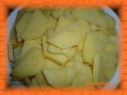 Нарезаем картофель тонкими ломтиками