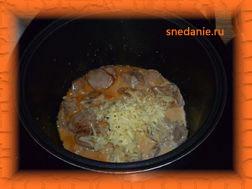 За 10 минут до конца кладем тертый сыр и мелко порезанный чеснок.