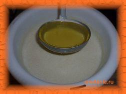Вливаем в тесто половник растительного масла