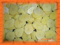 Картофель режем ломтиками и выкладываем на противень