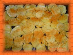 Картофель солим и посыпаем приправой для картофеля с паприкой