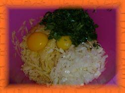 Готовим кляр: тертая картошка, яйца, лук, чеснок, зелень.