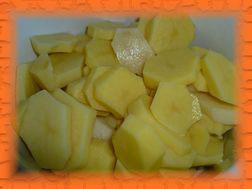 За это время начистить и нарезать тонкими ломтиками картофель