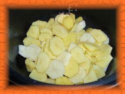 Выложить картофель в мультиварку, посолить, налить масла, перемешать.