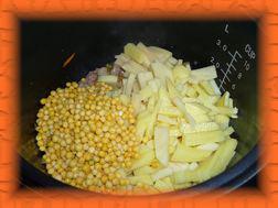 К обжаренному мясу с овощами добавляем картофель и горох