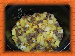 Кладем картофель, соль, специи, и заливаем водой