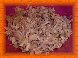Вареную курицу нарезаем небольшими кусочками