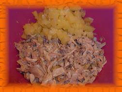 Добавляем нарезанные ломтиками консервированные ананасы