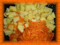 Картофель режем кубикам, морковь трем на терке