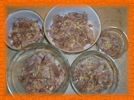 Раскладываем мясо по емкостям и добавляем чеснок