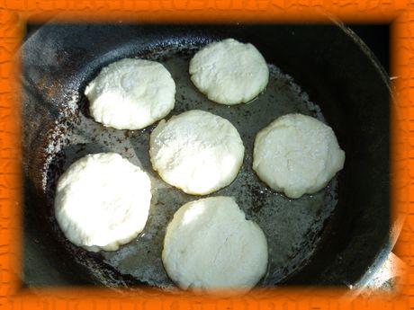 Кладем сырники на горячую сковородку