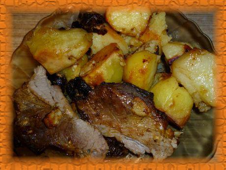 Свиная лопатка с черносливом, запеченная с картошкой