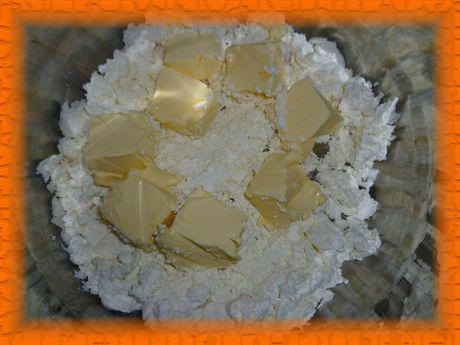 Творог смешиваем с размягченным сливочным маслом