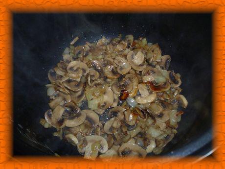 Добавляем грибы и жарим 5 минут
