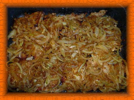 Готовый лук выкладываем на свинину и ставим в духовку на 10 минут