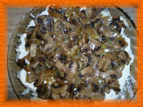 Второй слой - обжаренные грибы с луком