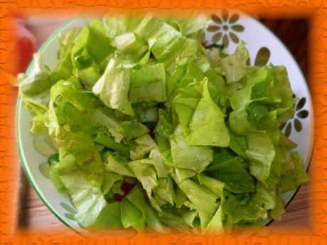 Следом добавляем зеленый салат
