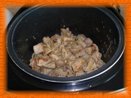 Добавляем лук и обжариваем еще 3-4 минуты