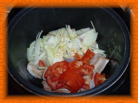 Добавляем лук, чеснок, помидоры