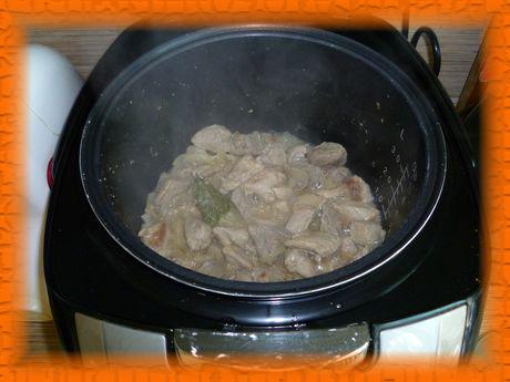 Кладем лавровый лист, заливаем свинину водой и закрываем крышку