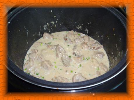 Сметанную основу добавляем к мясу за 10 минут до окончания программы