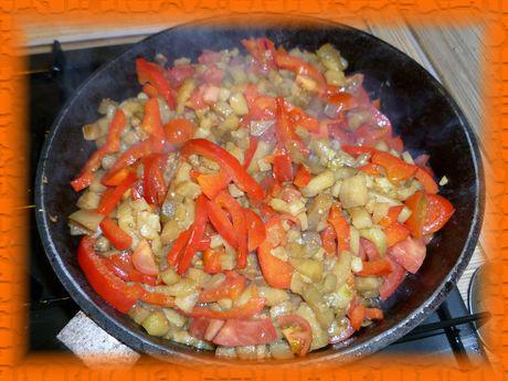 Добавляем помидоры, солим, перчим и тушим 15 минут под крышкой