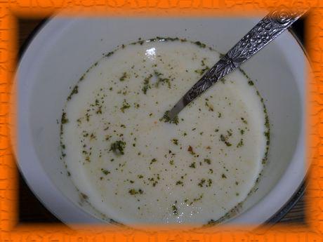 Смешиваем сливки с водой и добавляем соль и специи
