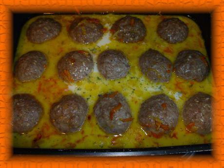 Выкладываем к ежикам пассерованные овощи, заливаем соусом и тушим до готовности