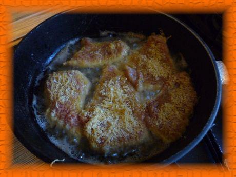 Обмакиваем мясо сначала в яйцо, потом в сыр и обжариваем в растительном масле