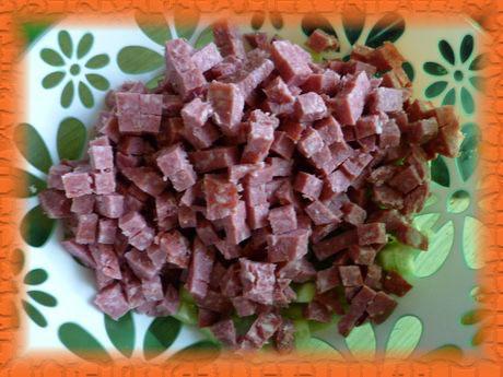 Добавляем нарезанную ветчину или колбасу
