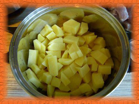 Картофель режем брусочками