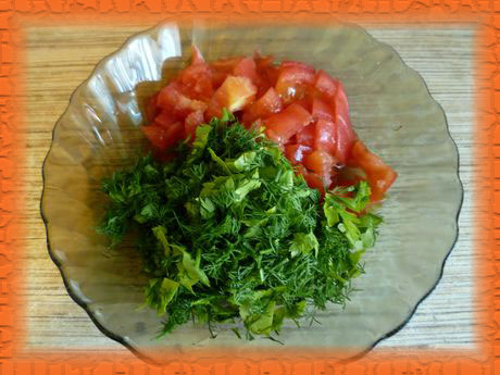 Нарезаем помидор и зелень