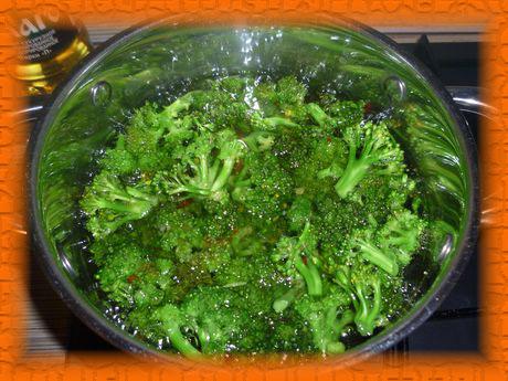 Отвариваем капусту в подсоленной воде 5-7 минут