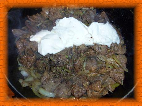Кладем соль, черный перец и сметану