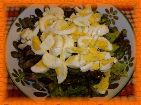 Крошим в салат яйца, заправляем, перемешиваем