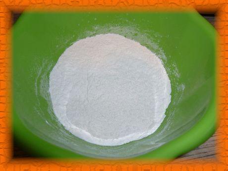 Просеиваем муку, добавляя в нее соль, соду и разрыхлитель