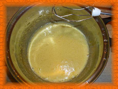 Взбиваем яйца с сахаром и растительным маслом