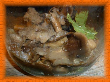На зелень выкладываем первый слой грибов, посыпаем солью