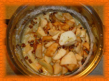 Кладем яблоки с орехами, перемешиваем
