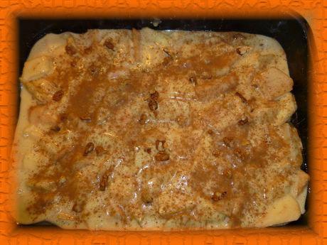 Выкладываем тесто на противень, посыпаем орехами и корицей