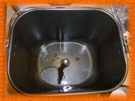 Наливаем воду, добавляем растительное масло