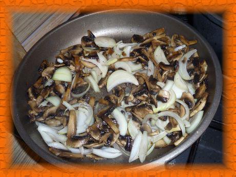 К грибам добавляем лук и жарим до готовности
