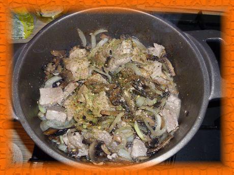 Добавляем соль, перец и обжаренные грибы к мясу